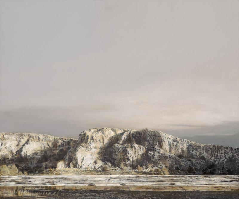 Steinbruch in farbigen Grautönen und darüber ein wolkenloser Himmel in der gleichen monochromen Farbigkeit.