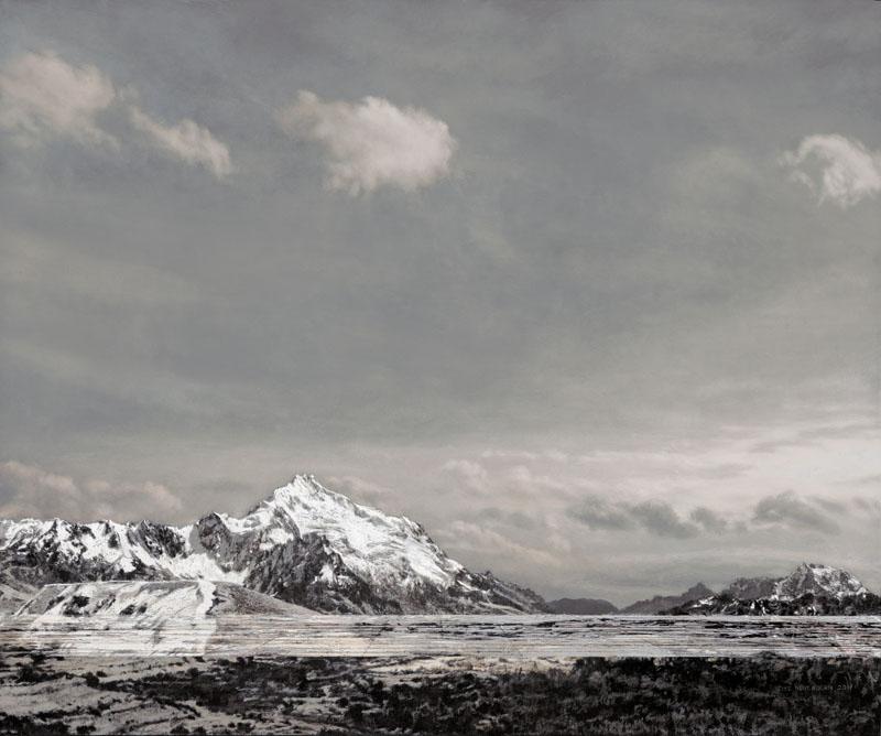 Schneebedeckte Bergkette in Bolivien im unteren Drittel des Bildes. Darüber ein Himmel in farbigen Grautönen.