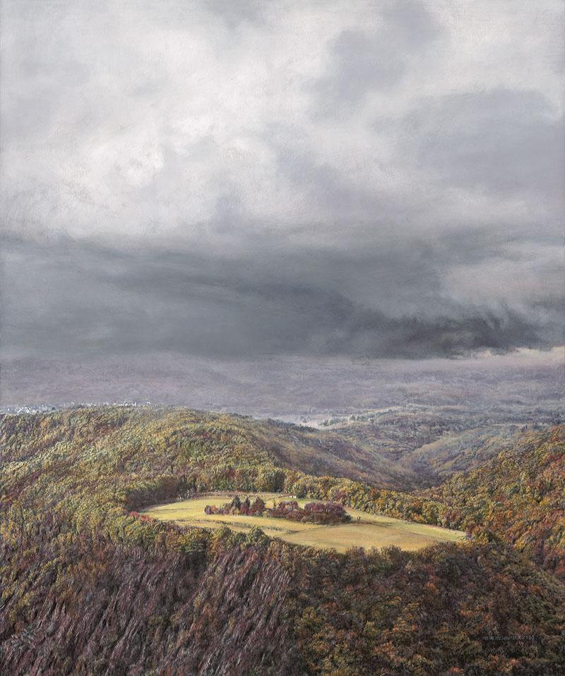 Herbstliche Landschaft im Hochformat mit Gewitterwolke und Rhein im Hintergrund. Vorne ist ein leuchtend gelbes Feld zu sehen.