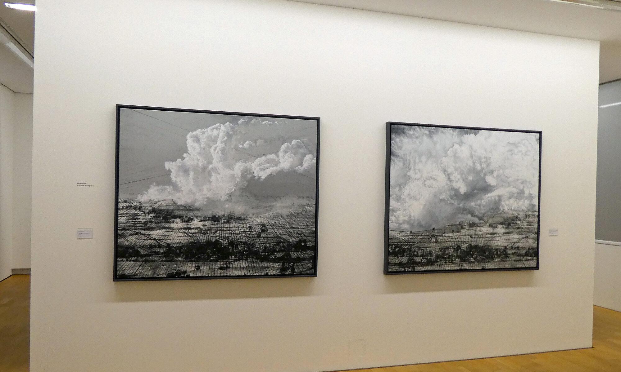 Zwei schwarzweiße Gemälde hängen auf einer Wand in den Räumen des Museums Pfalzgalerie Kaiserslautern.
