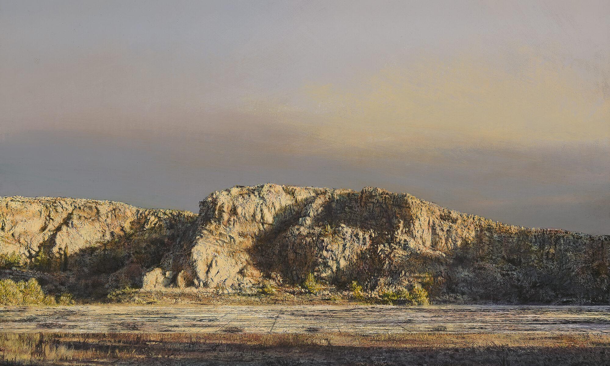 Südfranzösischer Steinbruch in orange leuchtendem Abendlicht und wolkenlosem Himmel.